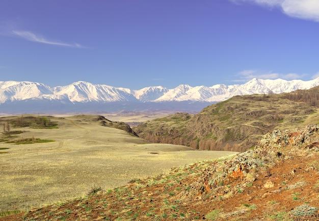 Die northchui-gebirgskette im altai-gebirge grünes tal in den schneebergen der kurai-steppe