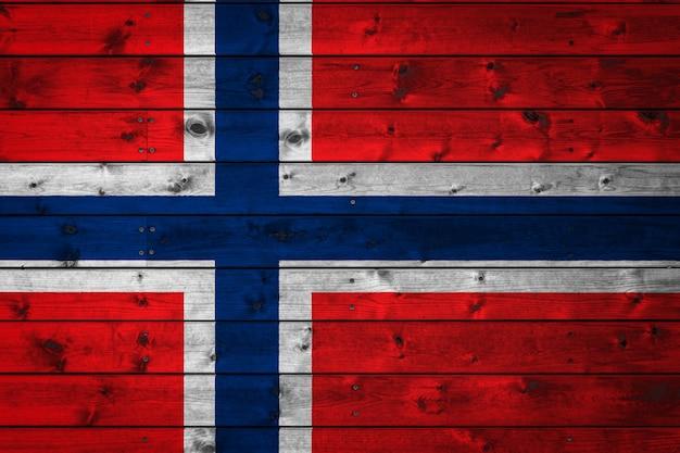 Die norwegische nationalflagge ist auf ein lager aus gleichmäßigen brettern gemalt, die mit einem nagel genagelt sind