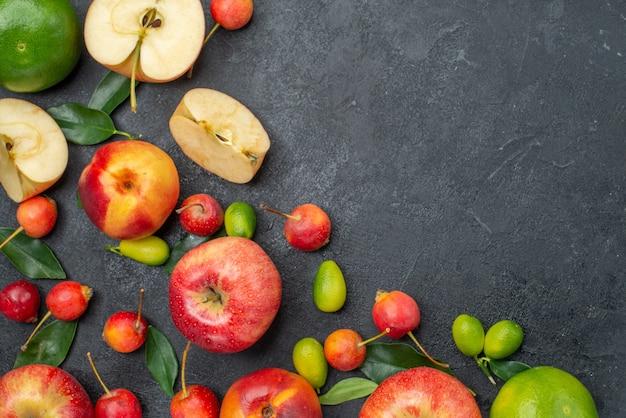 Die obere nahansicht trägt verschiedene früchte und beeren auf dem tisch