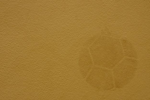 Die oberfläche der alten betonmauer mit fußballabdrücken für den hintergrund