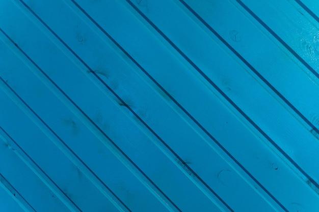 Die oberfläche der holzlatten ist blau gestrichen.