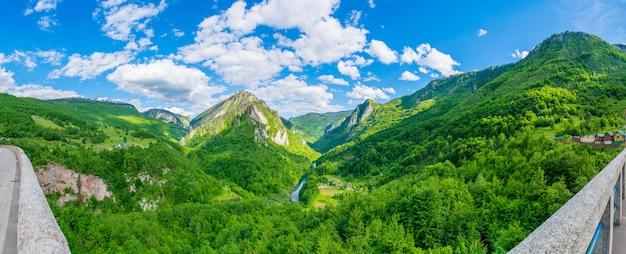 Die öffnung der landschaft von der brücke djurdjevic im norden montenegros.