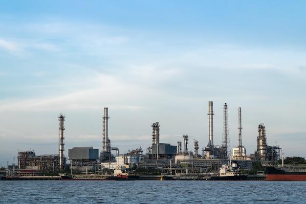 Die ölraffinerie befindet sich am fluss und schiffstransport in bangkok, thailand