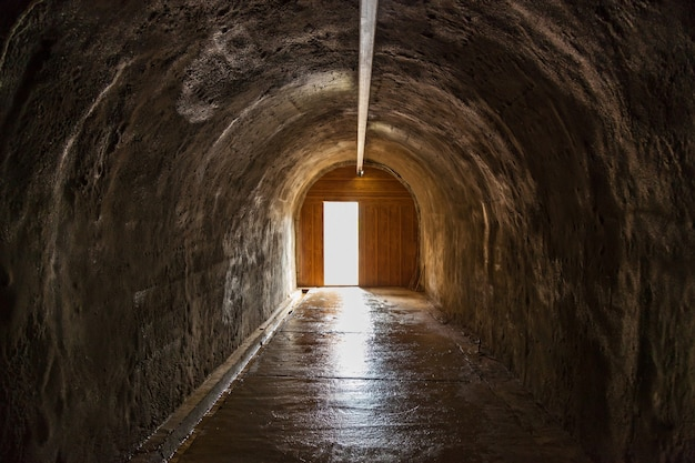 Die offene tür und das licht am ende des tunnels. hoffnung metapher.