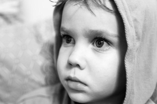 Die offenen emotionen der kinder im gesicht. porträt eines jungen mit einem ausdruck intensiver überraschung