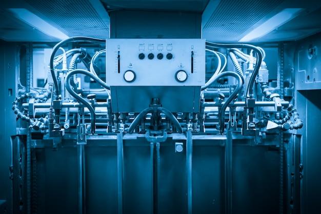 Die offsetmaschine im produktionsprozess in der druckerei