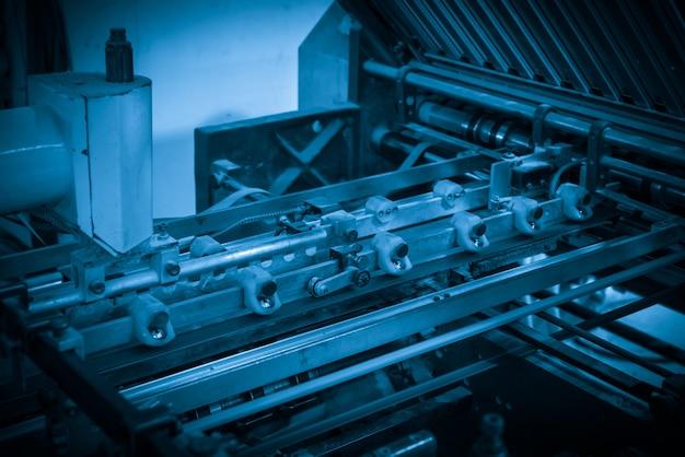 Die offsetmaschine im produktionsprozess steht in der druckerei