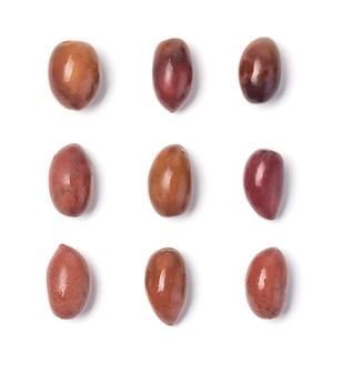 Die oliven isoliert auf weißem hintergrund.