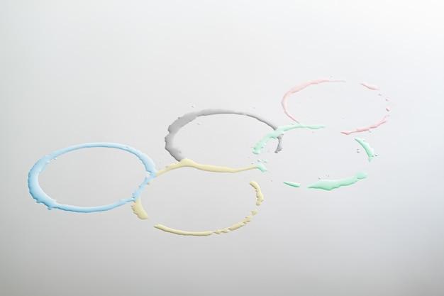 Die olympischen spiele unterschreiben in form von farbigen wasserkreisen. konzept von sport, wettkampf oder wassersport bei den olympischen spielen