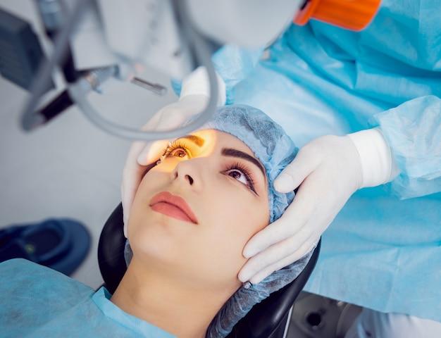 Die operation am auge. kataraktchirurgie.