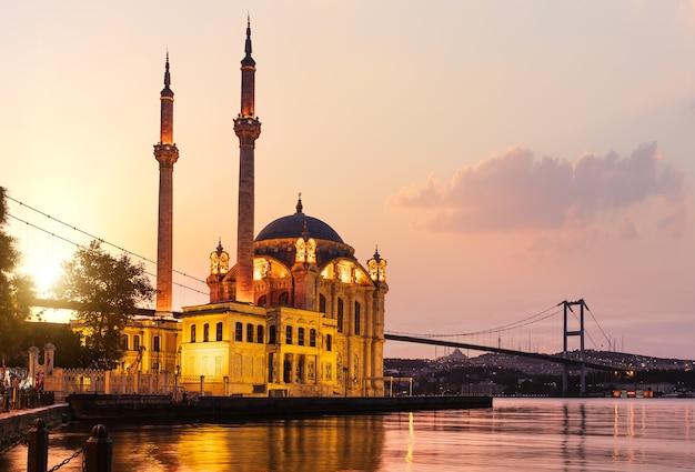 Die ortaköy-moschee und die bosporus-brücke bei sonnenaufgang