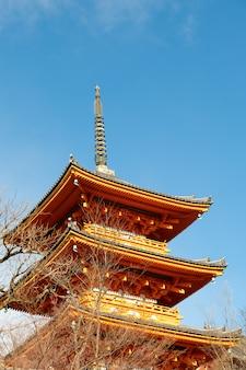 Die pagode von kiyomizu-dera, kyoto, japan mit sonnigem tag und blauem himmel