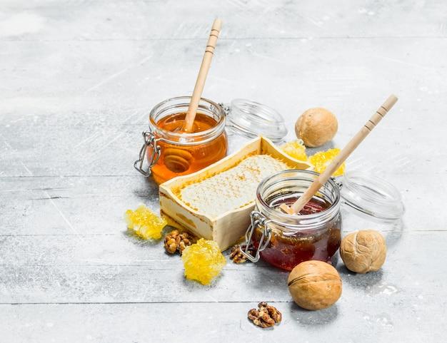 Die palette der arten von natürlichem honig. auf einem rustikalen.