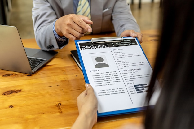 Die personalabteilung prüft die lebensläufe von bewerbern, lebensläufe sind wichtige unterlagen für die bewerbung. es sollte lebenslauf, ausbildungsverlauf, ausbildung, talent, arbeitsfähigkeiten usw. enthalten.