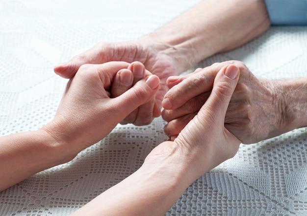 Die pflege ist bei älteren menschen zu hause.
