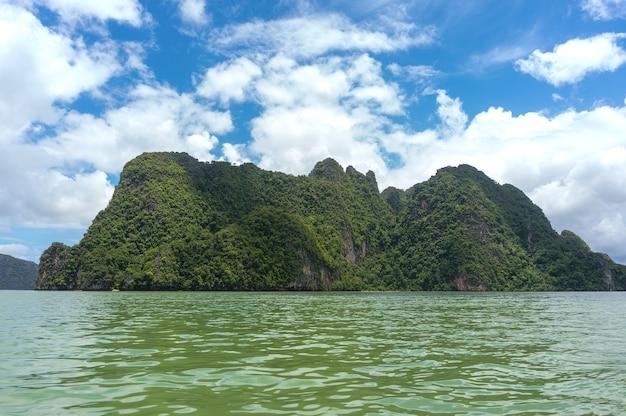 Die phang nga bay liegt zwischen dem südthailands festland und der insel phuket