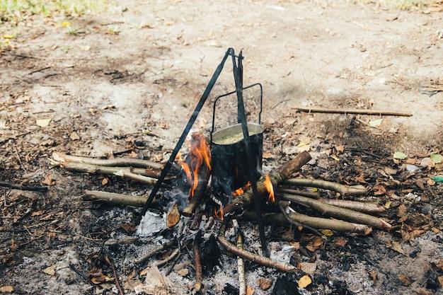 Die pilzsuppe auf dem feuer