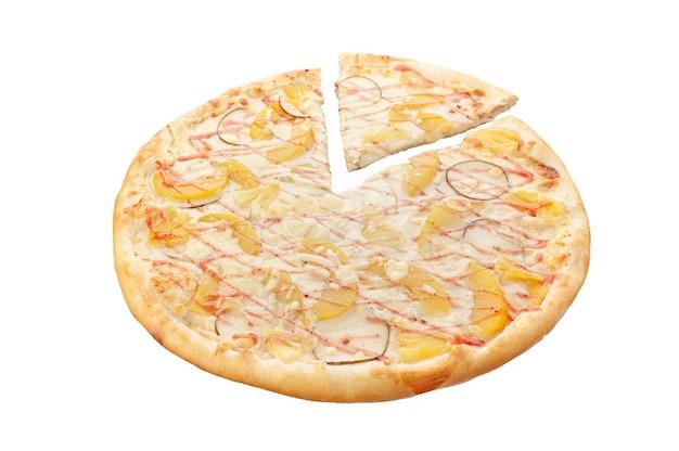 Die pizza ist süß. mit mozzarella-käse, ananas in dosen, pfirsichen in dosen, birne, apfel, erdbeer-topping weißer hintergrund. isoliert. nahansicht.