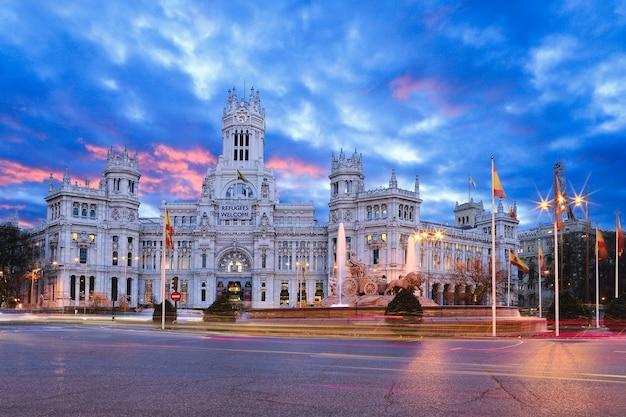 Die plaza cibeles ist ein platz mit einem neoklassizistischen palast in madrid.