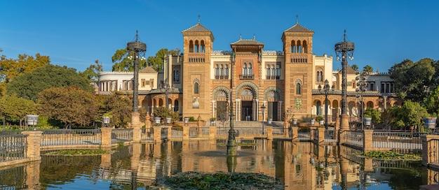 Die plaza de america und das museum für volkskunst in sevilla, andalusien, spanien es befindet sich im parque de maria luisa. panorama