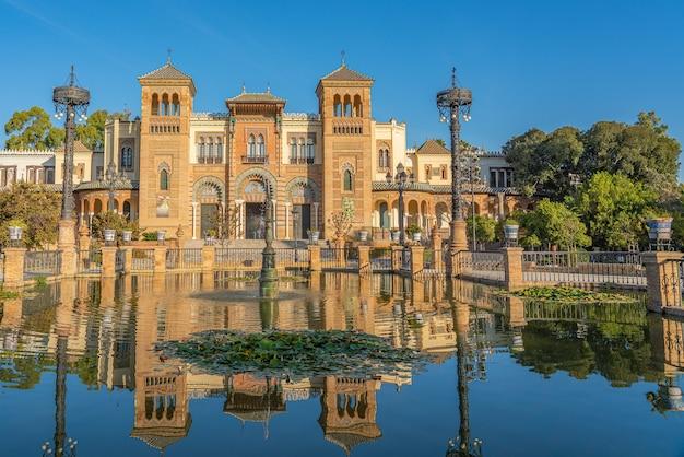 Die plaza de america und das museum für volkskunst in sevilla, andalusien, spanien es befindet sich im parque de maria luisa.