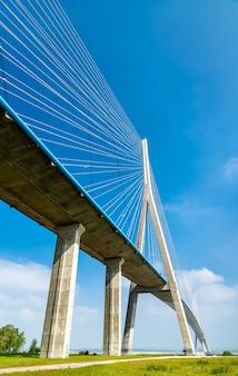 Die pont de normandie, eine schrägseilbrücke über die seine in der normandie, nordfrankreich