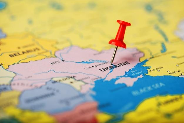 Die position des ziels auf der karte der ukraine wird durch eine rote reißzwecke angezeigt