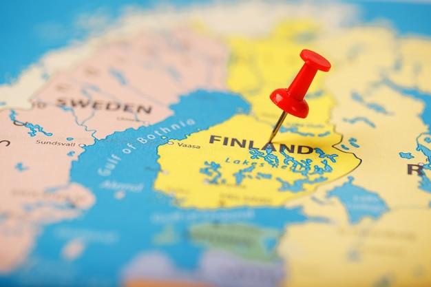 Die position des ziels auf der karte von finnland wird durch eine rote reißzwecke angezeigt