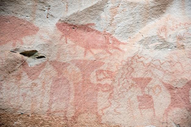 Die prähistorischen höhlenmalereien stammen aus der zeit vor 3.000 jahren, felskunst auf den klippen