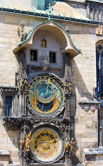 Die prager astronomische uhr oder prager orloj (installiert 1410). blick auf stare mesto (altstadt), prag, tschechische republik