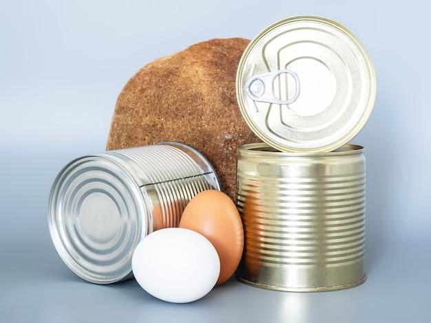 Die produkte der ersten notwendigkeit und langzeitlagerung für eine wanderung oder ein picknick.