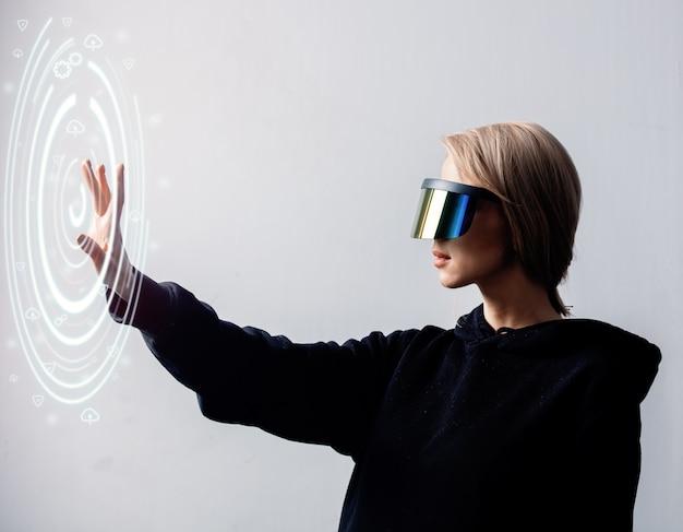 Die programmiererin arbeitet mit persönlichen daten in einer virtuellen brille