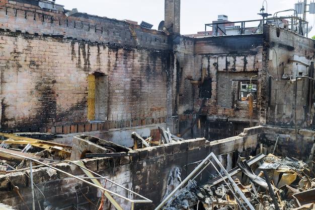 Die protestaufstände in minneapolis verwandeln das gewalttätige innere eines von einem brand verbrannten gebäudes
