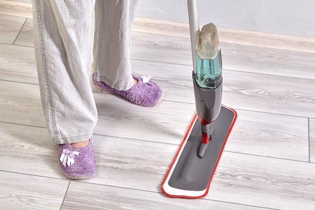 Die putzfrau reinigt den boden von staub und schmutz.