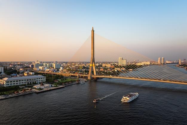 Die rama viii-brücke ist eine schrägseilbrücke, die den fluss chao phraya in bangkok thailand überquert