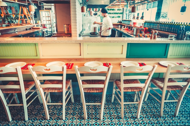 Die reihe der stühle und tische. restaurant.
