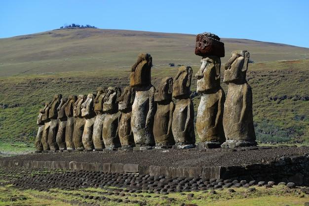 Die riesigen moai-statuen von ahu tongariki mit dem vulkan poike im hintergrund