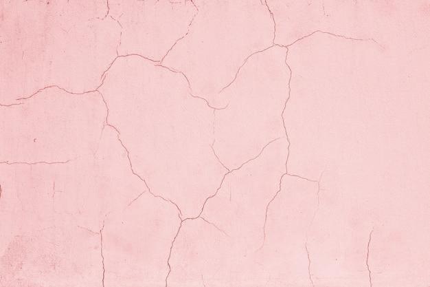 Die risse in form eines gebrochenen herzens auf rosa