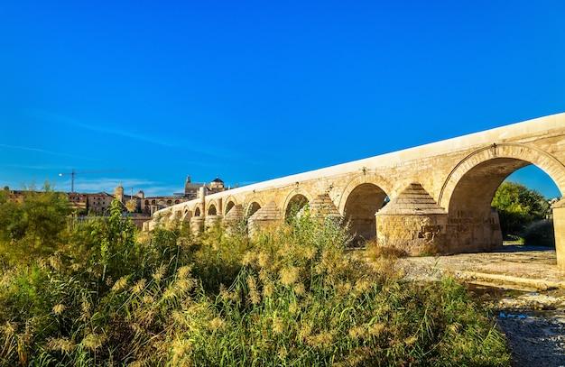 Die römische brücke über dem guadalquivir fluss in cordoba, spanien