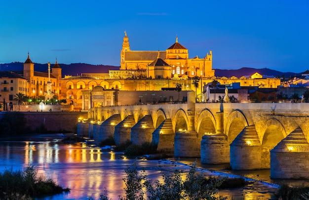 Die römische brücke über den guadalquivir fluss und die moscheekathedrale in cordoba, spanien