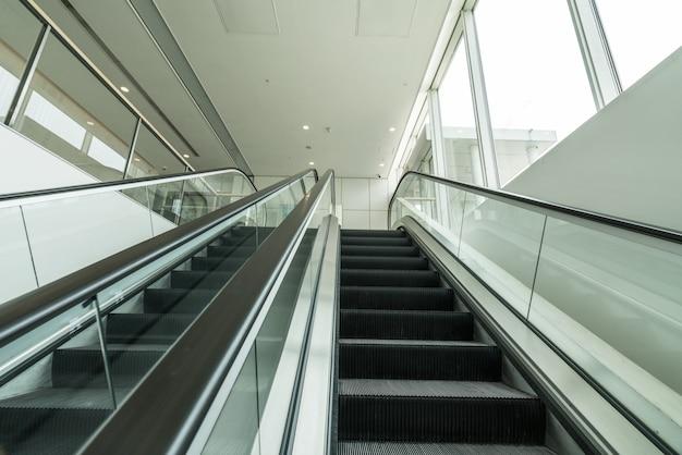 Die rolltreppe ist in der mall