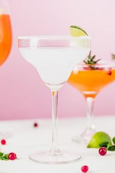 Die rose exotische cocktails und früchte auf rosa