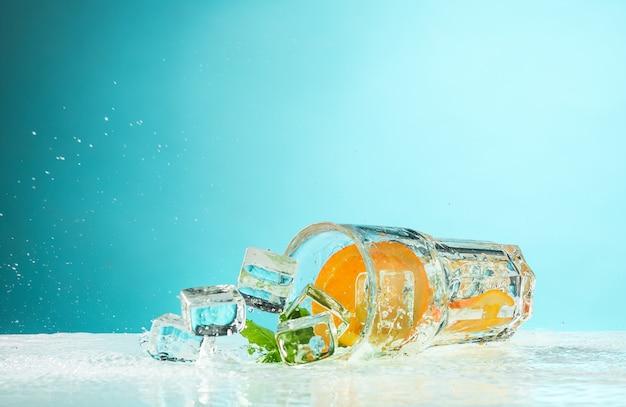 Die rose exotischen cocktail und obst auf blau