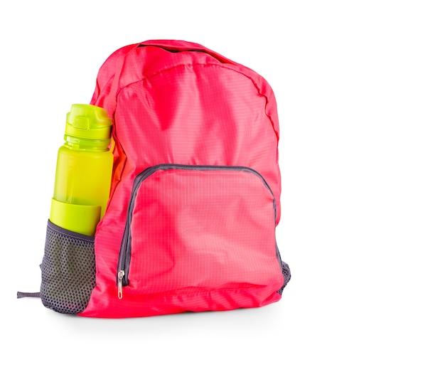Die rote frauensporttasche mit sportflasche für ein wasser lokalisiert auf weiß