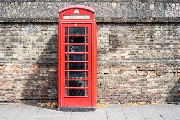 Die rote telefonzelle, ein telefonkiosk für ein öffentliches telefon, ist ein vertrauter anblick auf den straßen des vereinigten königreichs, maltas, bermudas und gibraltars.