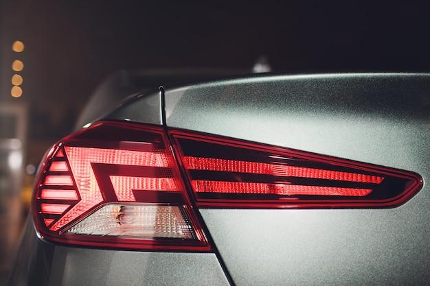 Die rücklichter eines modernen prestigeträchtigen autos aus nächster nähe zeigen die auto show.