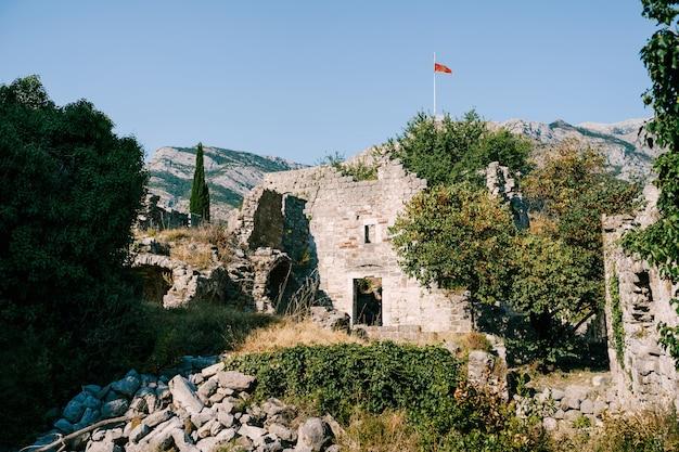 Die ruinen alter gebäude in der alten bar montenegro