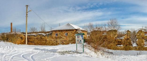 Die ruinen der alten burg im dorf mykulyntsi