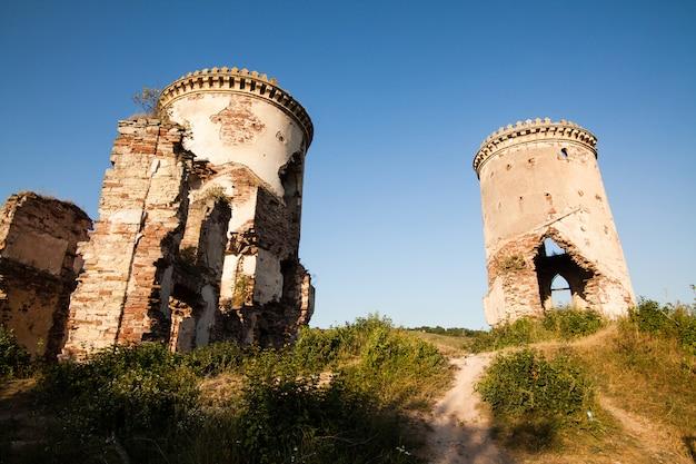 Die ruinen einer alten burg im dorf chervonograd. ukraine
