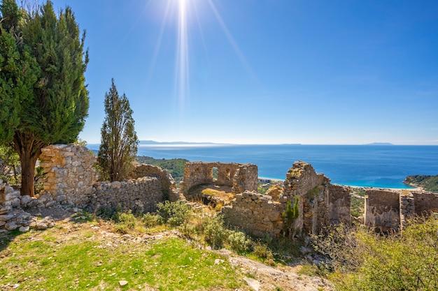 Die ruinen einer alten festung mitten im meer in albanien.